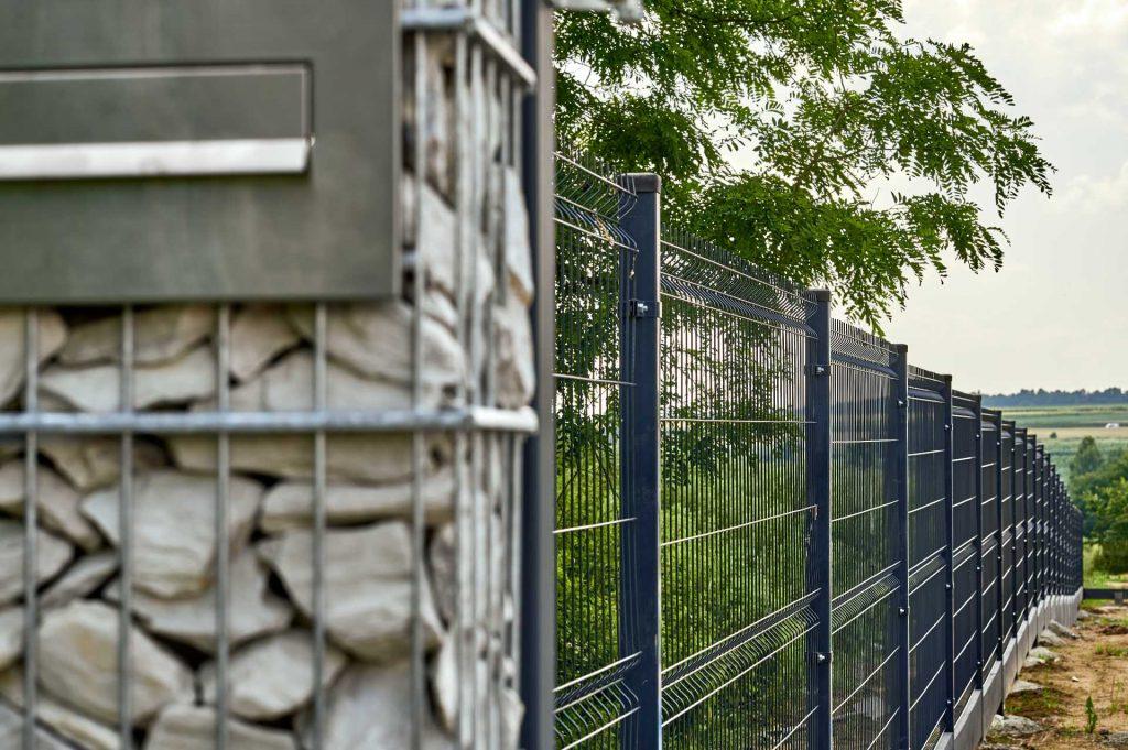 Ogrodzenie - Siatka panelowa - przykład ogrodzenia na nierównym terenie