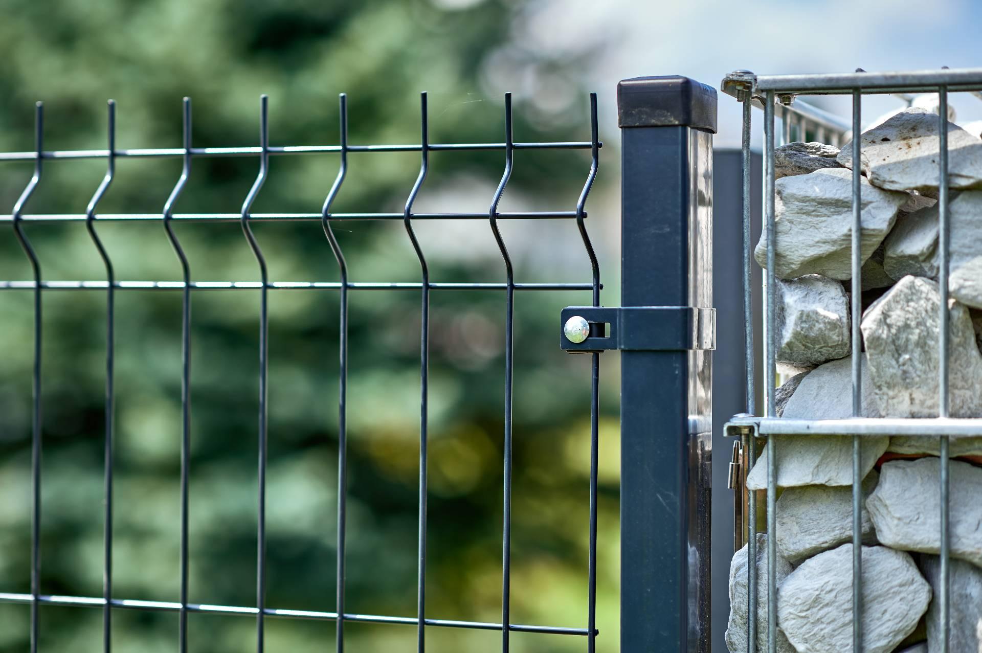 Ogrodzenie - Siatka panelowa - przykład połączenia ze słupkiem gabionowym